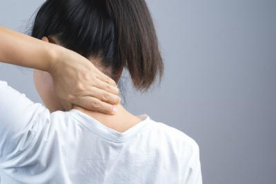 首の痛みの原因は「骨盤の歪み」で発症するケースが大半です