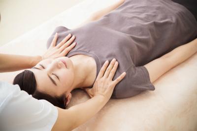 首の痛みは、日常生活のなかで定着してしまった身体のクセを正しい位置へと調整し戻すことが大切なので、足から首にかけて全身へ整体を施すことがポイント